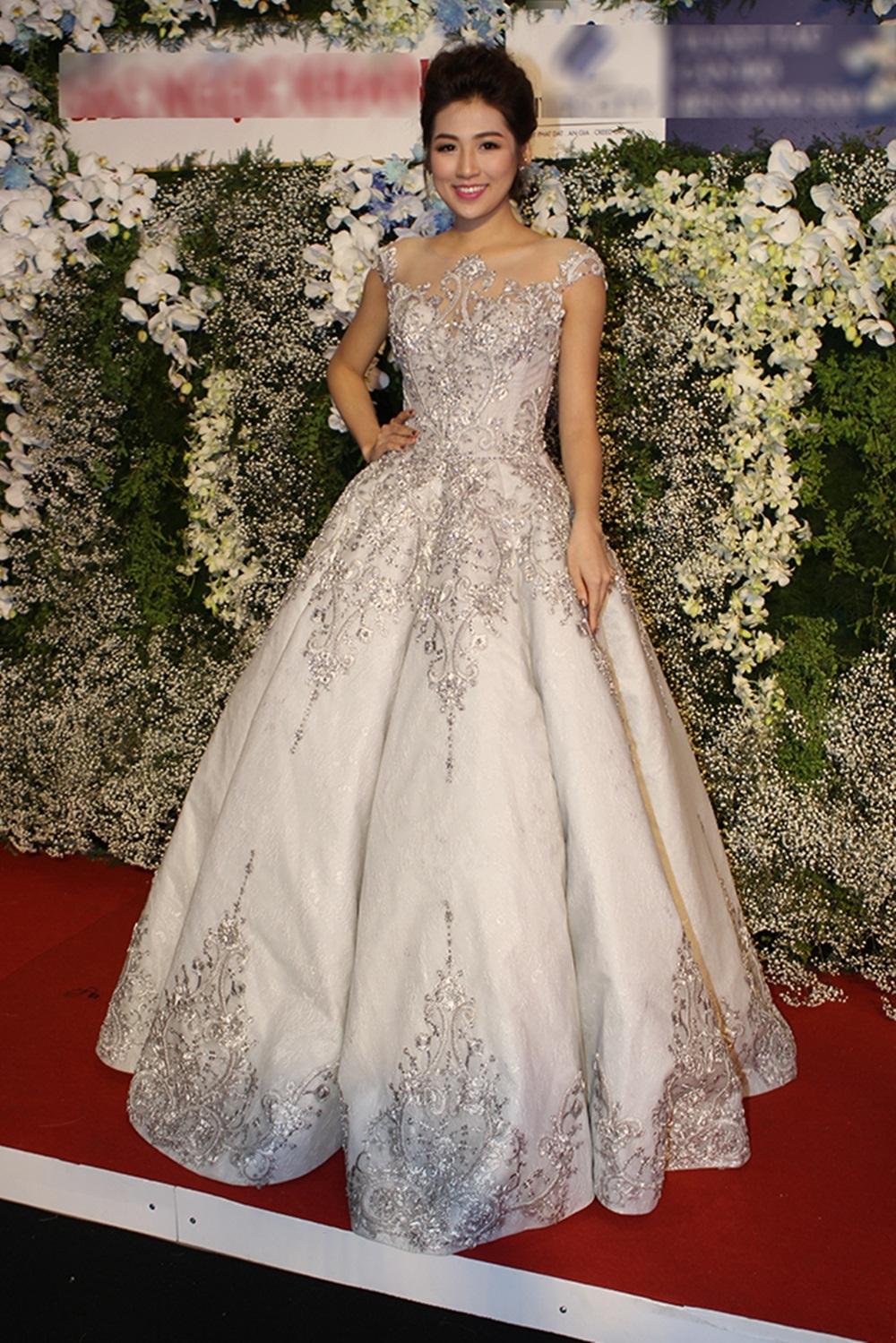 Á hậu Tú Anh tinh khôi trong chiếc váy dạ hội màu trắng. Mới đây cô đã lên sóng trong vai trò MC Bản tin tài chính của Đài Truyền hình Việt Nam. (Ảnh: Minh Thái).