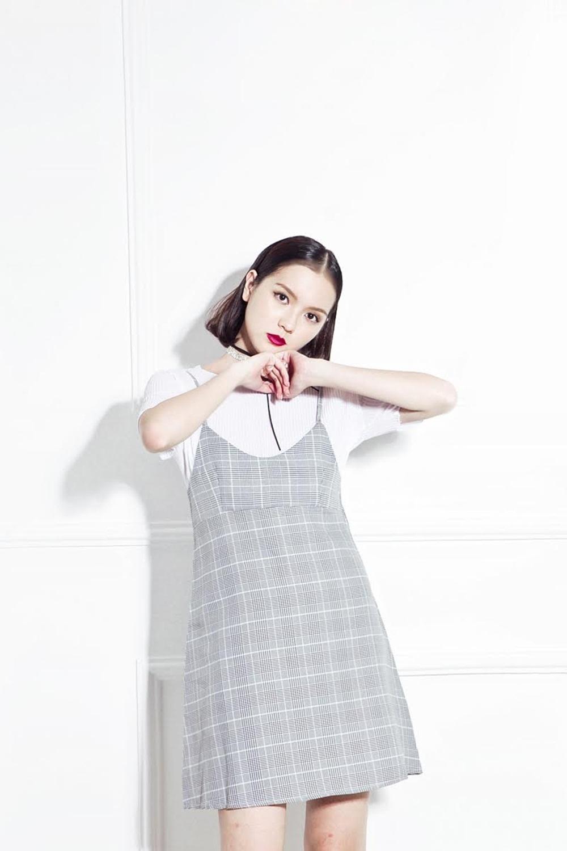 Hải Tú lại chọn áo phông basic giản đơn diện cùng váy hai dây gam màu trung tính.