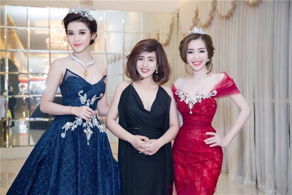 Trước thông tin này, PV đã liên hệ NTK Phạm Đăng Anh Thư (giữa) - một trong số những người đảm nhận phần trang phục cho các thí sinh và được biết, không hề có chuyện Mỹ Linh mặc thiết kế nhái như một số lời đồn đại.