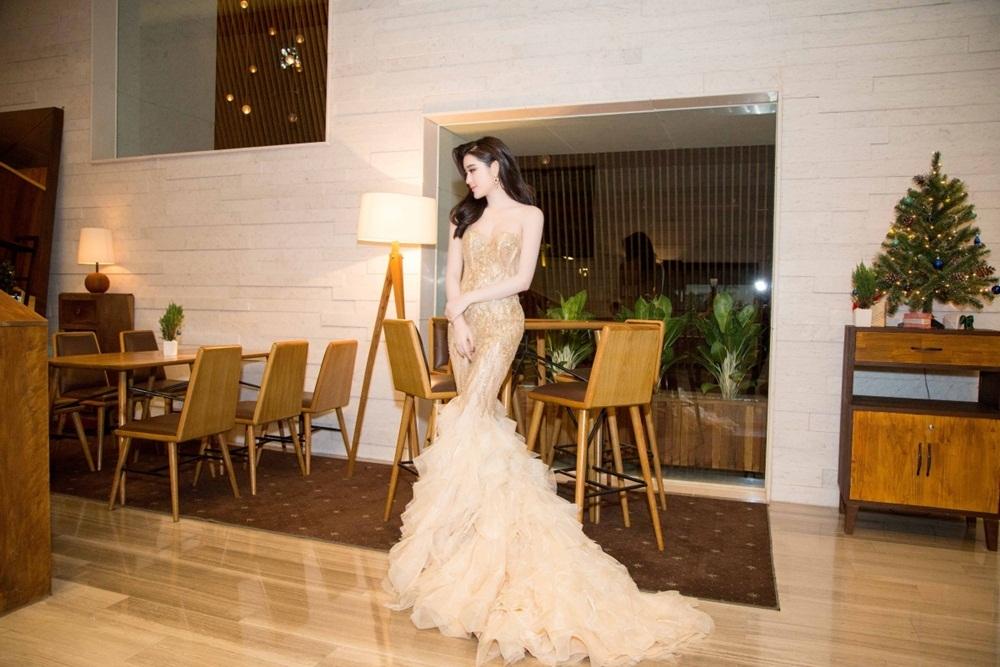 Tuy nhiên, sau đêm chung kết, nhiều khán giả cho rằng chiêc váy của Hoa hậu Mỹ Linh đã từng được Á hậu Huyền My mặc trước đó. (Trong ảnh là Á hậu Huyền My trong một sự kiện). Nhan sắc của hai cô gái khi diện trang phục cũng ngay lập tức được đưa lên bàn cân so sánh.
