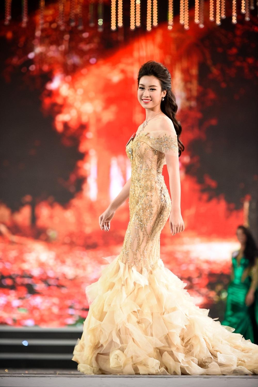 Tân Hoa hậu được nhận xét có nhan sắc nền nã, dịu dàng. Đóng một phần vào thành công trong đêm thi của cô phải kể đến bộ váy dạ hội màu vàng đồng.