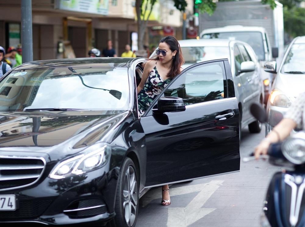 Mới đây, nữ ca sĩ Lưu Hương Giang bất ngờ xuất hiện và khá chớp nhoáng tại một khu trung tâm thương mại. Đây là những hình ảnh mới nhất của Lưu Hương Giang khi cô tự lái xe đến một trung tâm mua sắm mua đồ cho con và mua mỹ phẩm cho mình. Cô nhanh chóng ra về ngay sau đó.