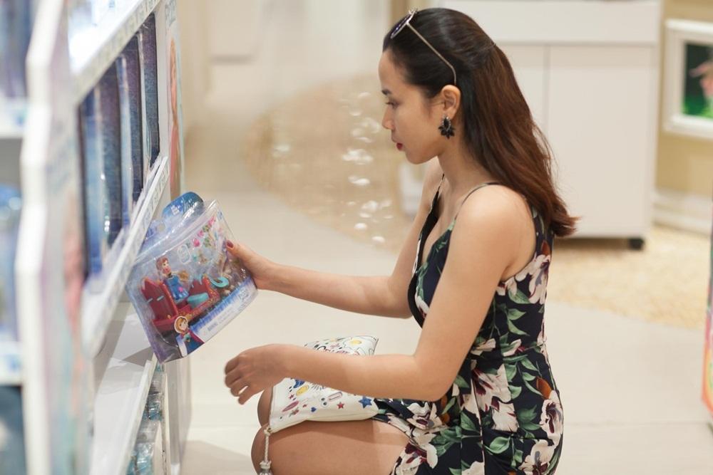 Đến đây, cô nhanh chóng tìm cho mình những món cần thiết cho mẹ và bé rồi nhanh chóng ra về.