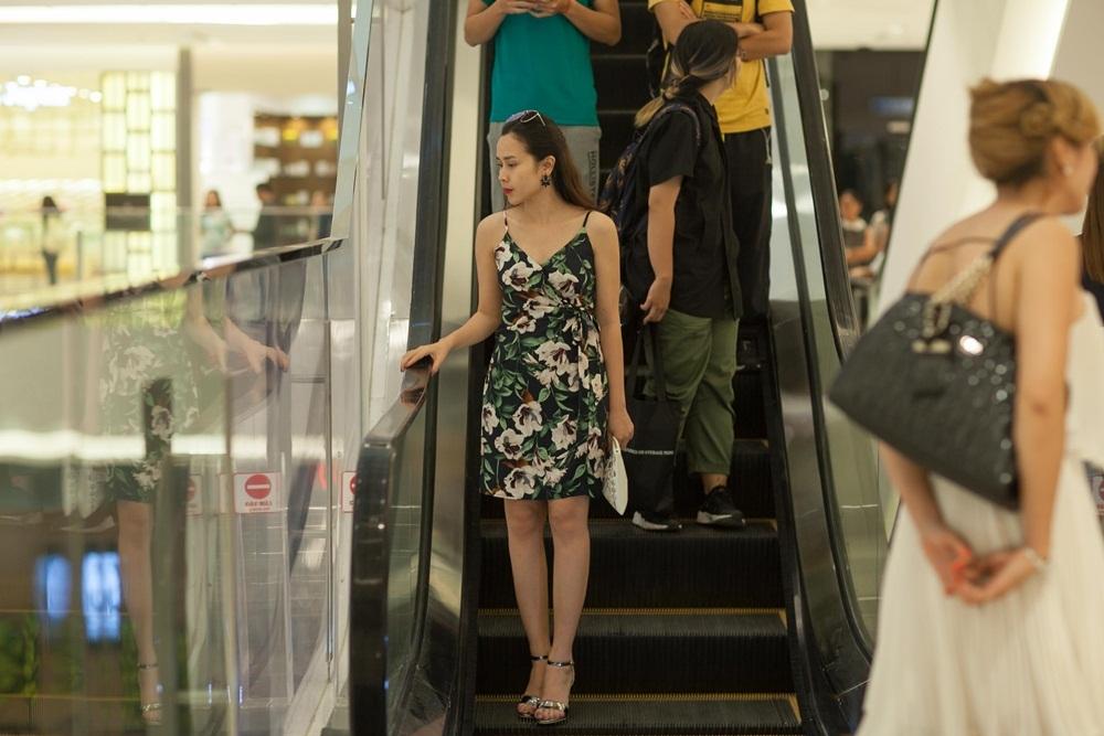 """Giọng hát """"Đừng ngoảnh lại"""" diện một chiếc váy thoải mái, giản dị nhưng vẫn toát lên phong cách riêng đầy gợi cảm. Trước đây, Lưu Hương Giang cũng được thường xuyên khen ngợi về phong cách thời trang sành điệu và phong cách."""