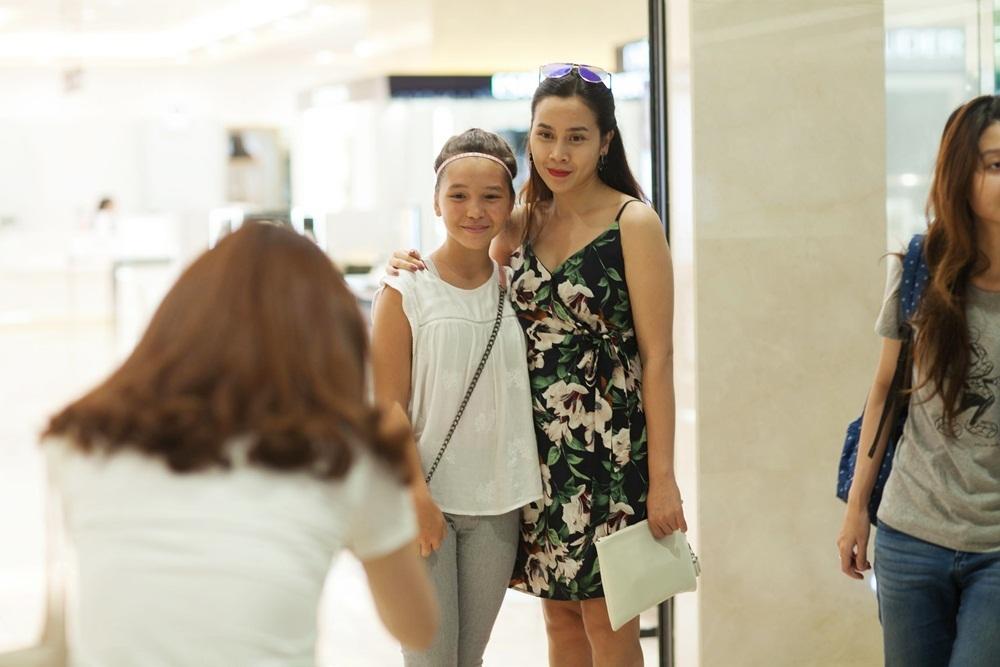 Tuy xuất hiện khá chớp nhoáng nhưng nhiều bạn trẻ hâm mộ đã kịp nhận ra cô. Lưu Hương Giang không ngần ngại mà vui vẻ ghi lại những khoảnh khác cùng các bạn.