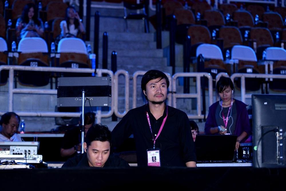 Tổng Đạo diễn Hoàng Nhật Nam chia sẻ, việc dàn dựng tiết mục của các nghệ sĩ trong nước thật hoành tráng là để không bị so sánh với phần xuất hiện của Bi Rain.