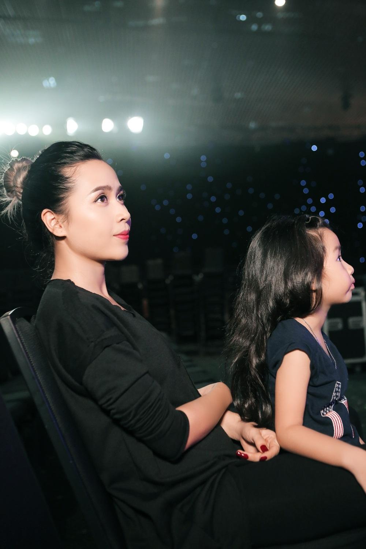 """Lưu Hương Giang được biết đến với gout thời trang biến hóa và phong cách. Còn cô công chúa nhỏ Mina cũng rất thích làm điệu với nhiều chiếc váy xinh đẹp – được mọi người hay gọi là """"cô bé thời trang""""."""