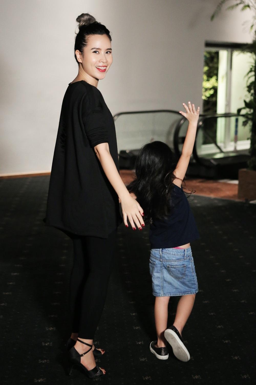 """Trong buổi tập duyệt mới nhất, cựu huấn luyện viên The Voice Kids đi cùng cô con gái Mina. Cả hai mẹ con xuất hiện khá đơn giản nhưng lại """"đồng chất"""" trong trang phục có tông đen."""