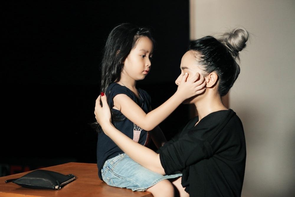 Cô bé chăm chút cho mẹ.