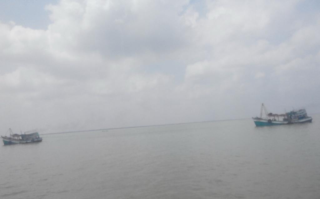 Theo nhiều chủ tàu cho biết trên vùng biển Tây Nam hiện nay có mưa và sóng to mấy ngày qua.
