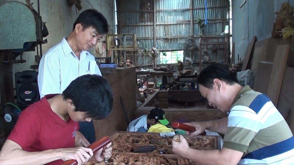 Hiện anh Cường đã mở xưởng điêu khắc gỗ và giải quyết việc làm 10 công nhân lao động tại địa phương có thu nhập ổn định.