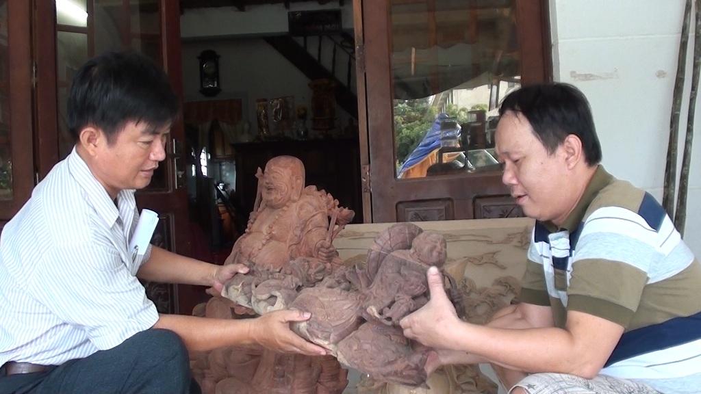 """""""Nghệ nhân"""" trẻ tuổi chuyên trạm khắc tượng Phật bằng gỗ - 2"""