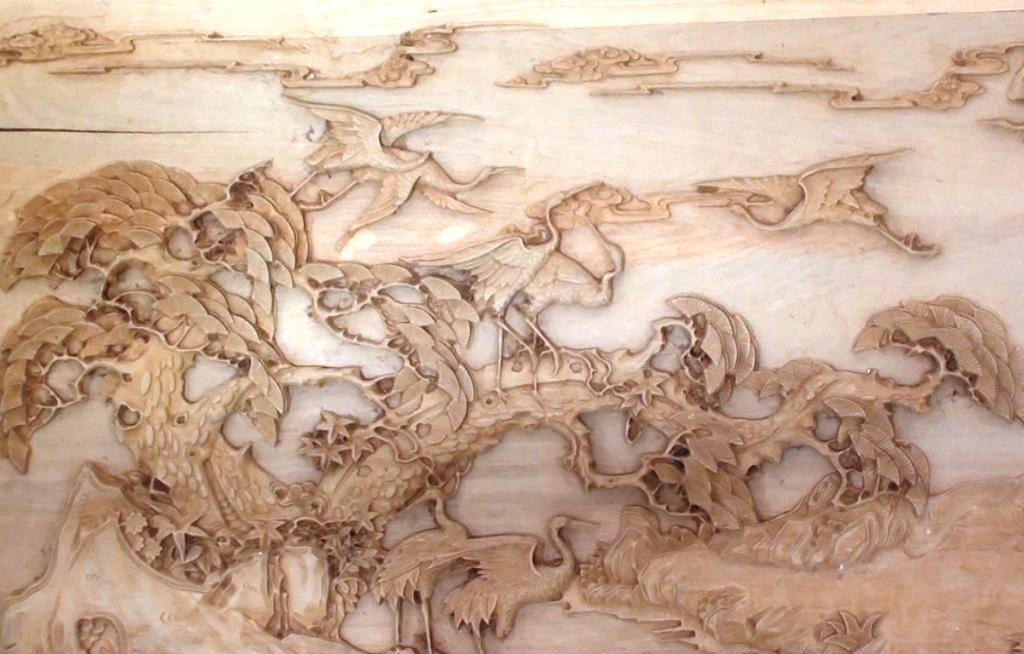 Tác phẩmbức tranh 2 mặt lọng nhiều hoa văn phức tạp mà anh Cường đang nhận chế tác cho một người khác ở Tp. Long Xuyên
