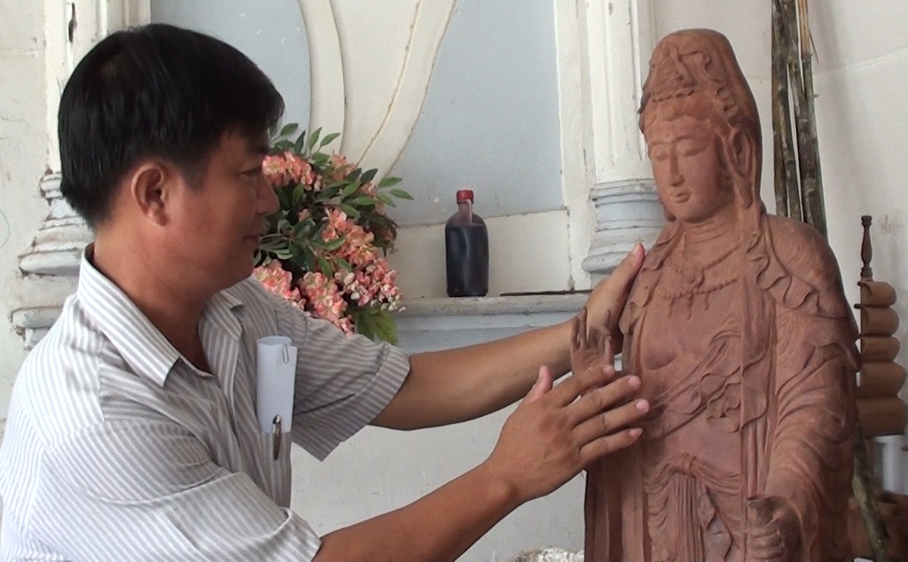 Hơn 20 năm trong nghề điêu khắc gỗ, anh Phong chế tác ra hàng ngàn tác phẩm nhưng trong đó tượng Phật đã chiếm hơn 2/3