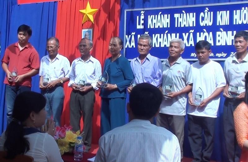 Nhóm xây cầu từ thiện của ông Phạm Văn Linh nhận kỷ niệm chương. Và tính từ này thanh lập, nhóm ông xây dựng trên 40 cây cầu, tính ra tiết kiệm gần chục tỷ đồng.