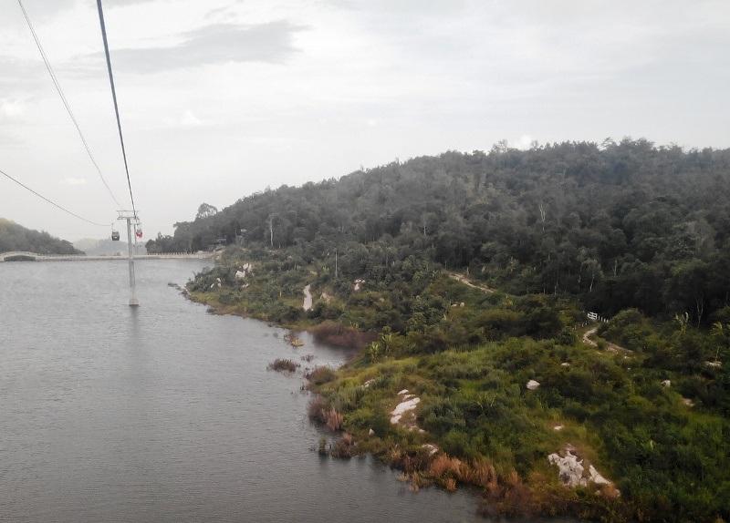 Tuyến cáp treo băng qua hồ chứa nước Thanh Long rộng hơn chục ha.