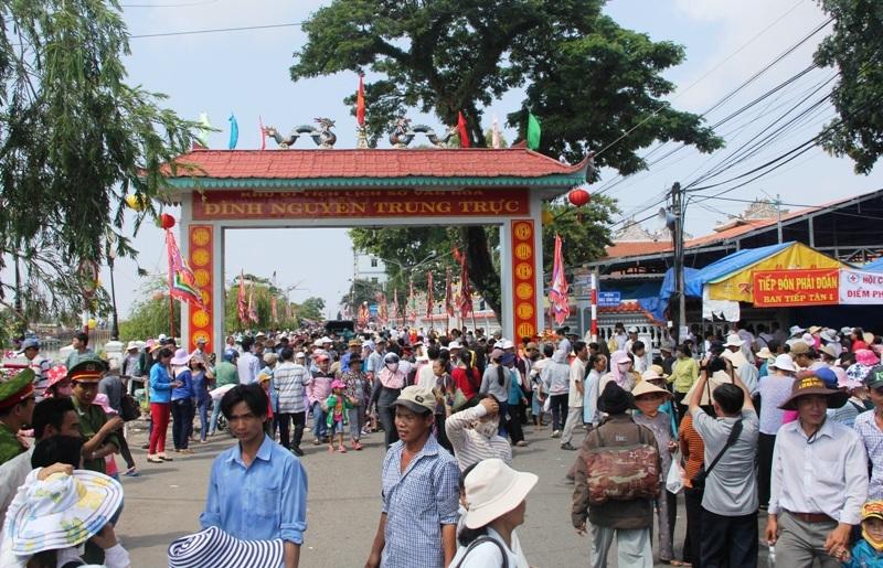 Sau đêm khai mạc đông nghịt người đến cúng viếng anh hùng Nguyễn Trung Trực