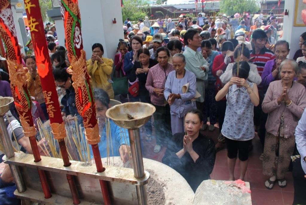 Bà con khắp nơi, không phân biệt vùng miền đều hội tựu về kính viếng anh hùng Nguyễn Trung Trực