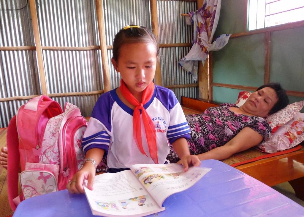 Những lúc học bài, bé Huyền cũng kê bàn gần mẹ để đọc cho mẹ nghe những bài tập đọc