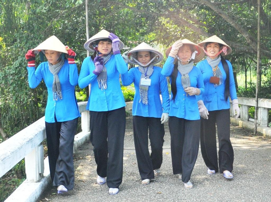 Đến khu du lịch Gáo Giồng, du khách hài lòng với các cô thôn nữ (nhân viên hướng dẫn du lịch) luôn niềm nở, tận tình hướng dẫn du khách tham quan