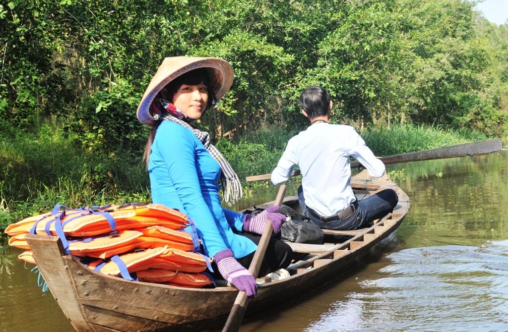 Du khách không thể quên các cô thôn nữ bơi xuồng đưa du khách vào đồng chim rộng 40 ha