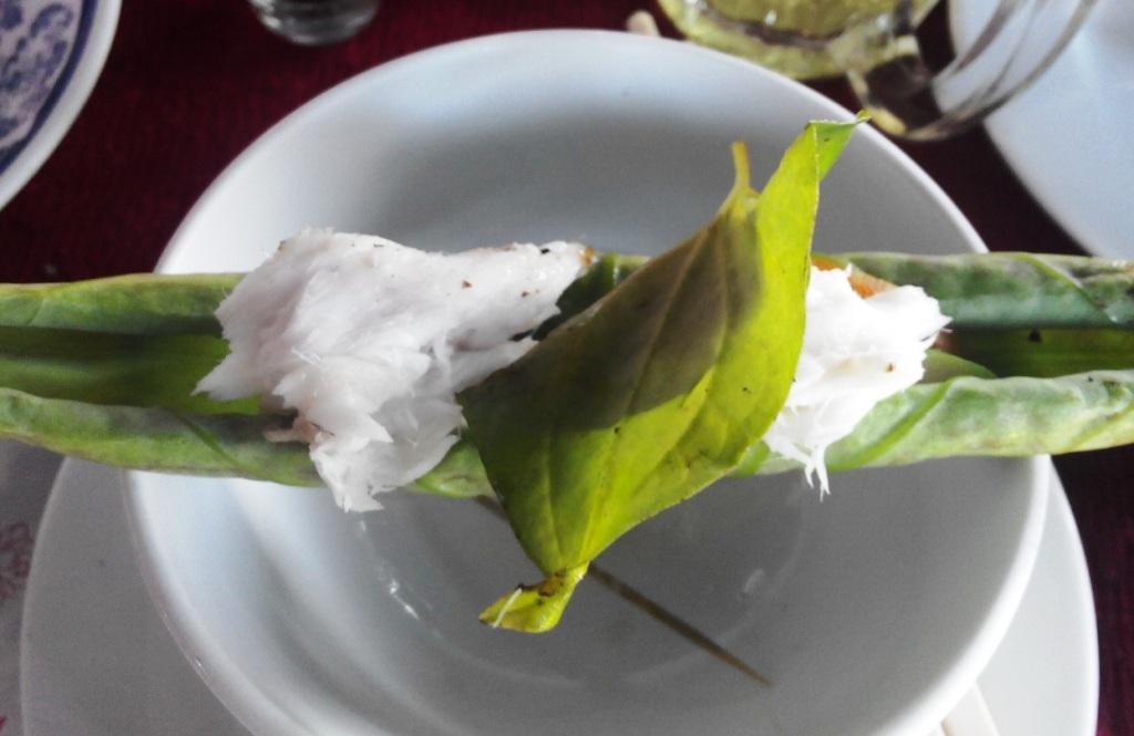 Thịt cá lóc đồng thơm ngon, quyện với vị chát nhẹ củalá sen non làm người ta khó quên hương vị dân dã, đậm đà này