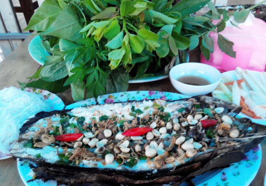 Du khách có thể yêu cầu nhân viên dùng lá sen cuộn cá lóc lại rồi nướng. Sau đódùng lá sen non để gói với thịt cá lóc, chấm với nước mắm me.