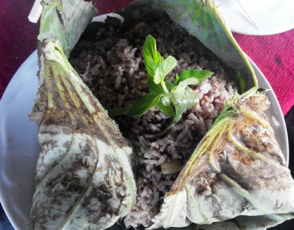 Ở đây còn nhiều món ăn rặt đồngngon, như ốc nướng, lươn um, lẩu cá linh... Và món cơm gói lá sen cũng rất đặc biệt