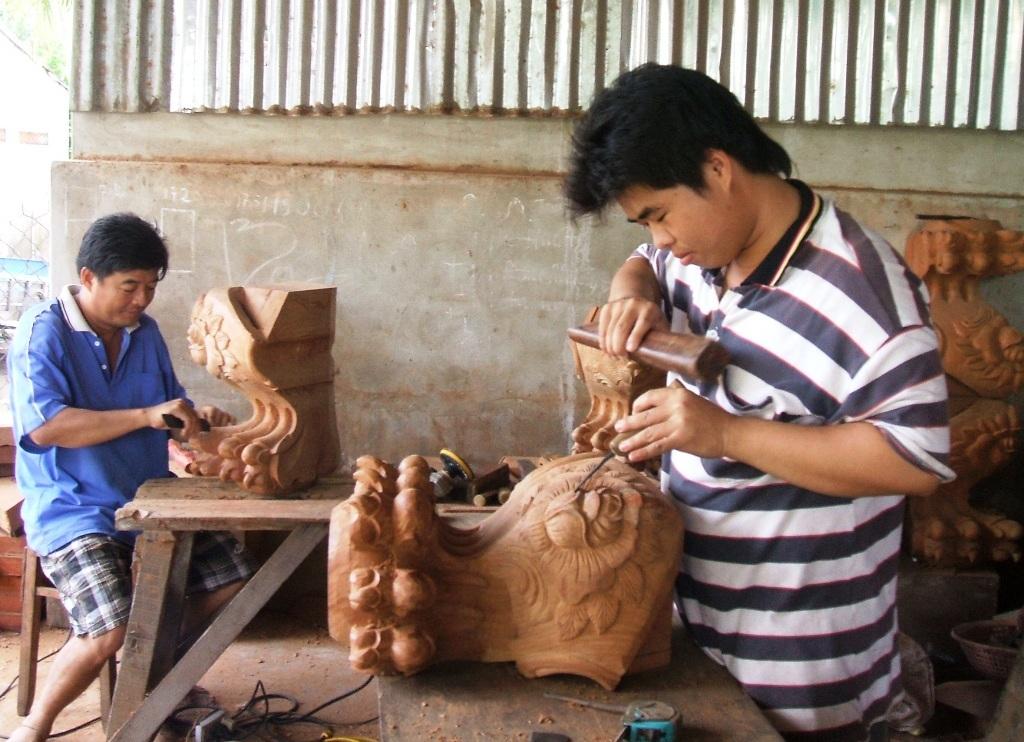 Với những mặt hàng gỗ thiết yếu trong gia đình, như tủ, bàn ghế,... các tác phẩm điêu khắc khác đã làm nên tên tuổi cho làng mộc Chợ Thủ