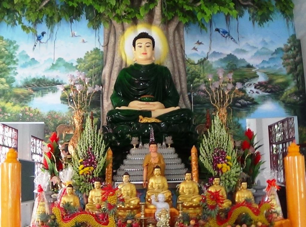 Tượng bằng nặng 15 tấn bằng Thạch Anh tại chùa Hưng Sơn mà nhiều người đồn thổi là bằng ngọc