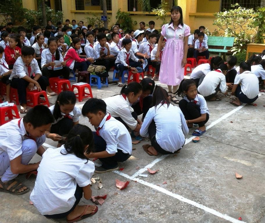 Kể từ năm học 2012 - 2013, thầy trò Trường THCS Thường Thời Tiền bắt tay nuôi heo đất giúp học trò nghèo đến trường.