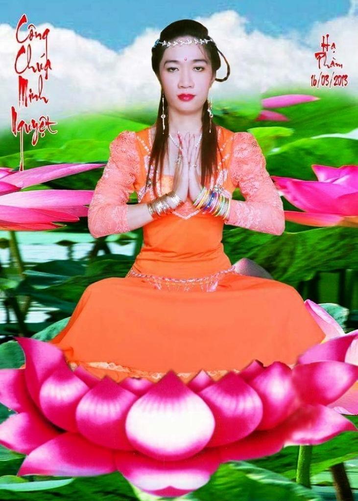 Tấm ảnh làm nhiều người bức xúc khi công chúa Minh Nguyệt ngồi trên bông sen.... (ảnh trên mạng xã hội)