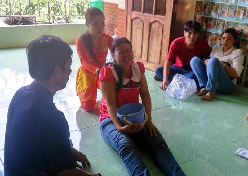 Công chúa Minh Nguyệt đang chữa bệnh cho một phụ nữ khi PV đến ghi nhận