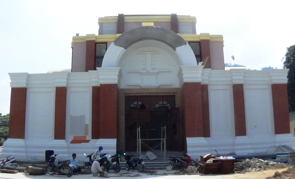Dù đã hơn nửa tháng 11/2015 những nhà trưng bày cổ vật Văn hóa Óc Eo vẫn còn ngổn ngang thế này