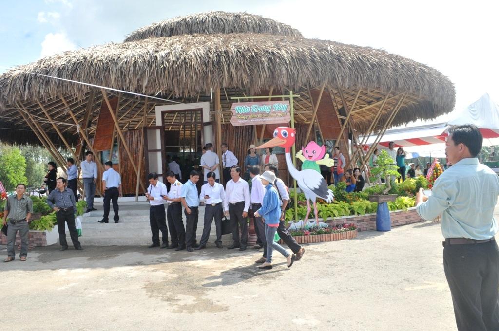 Nhà trưng bày trứng chim và cá nước ngọt được thiết kế như một chiếc nón tai bèo cách điệu