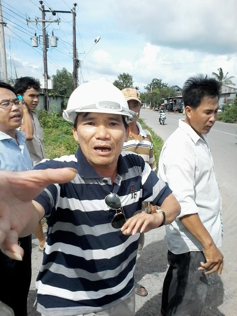 Ông Trần Duy Long tịch thu máy ảnh của phóng viên T.C.T - báo Người Lao động.