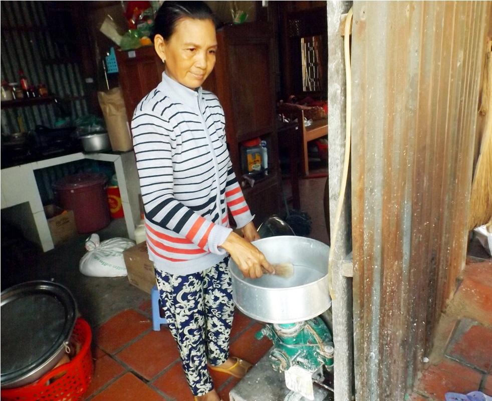 Khâu đầu tiên trong việc làm bánh tránglà xay bột gạo.