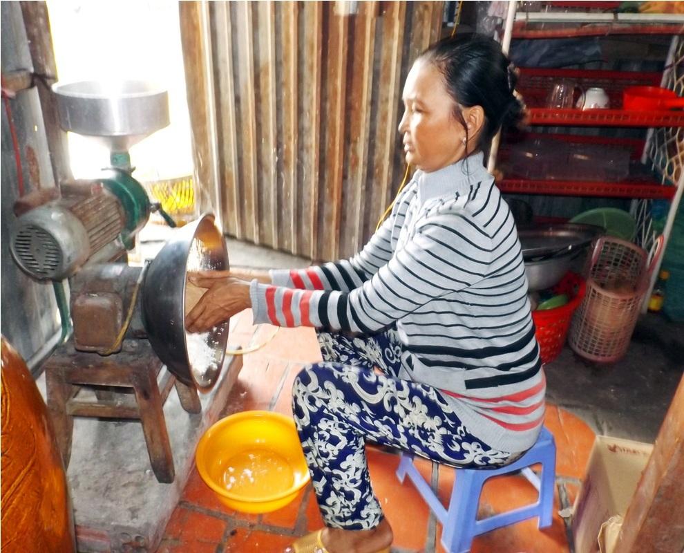 Tiếp theo chuẩn bị các nguyên liệu như: nạo dừa, gang mè …