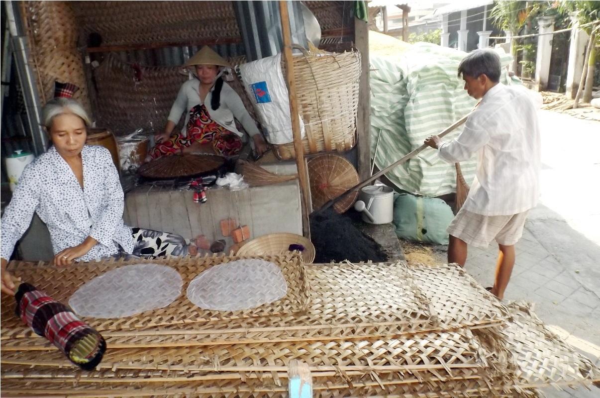Để có đủ bánh giao cho các đại lí, các hộ làm bánh tráng ở Thuận Hưng phải làm việc từ 1 giờ sáng