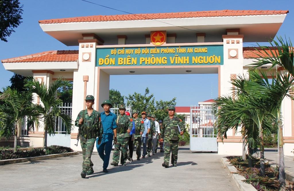 Những dịp cuối năm như thế này, lực lượng chống buôn lậu ở các đồn biên phòng (thuộcBộ đội biên phòng An Giang) đang căng mình chống nạn buộn lậu từng giờ.