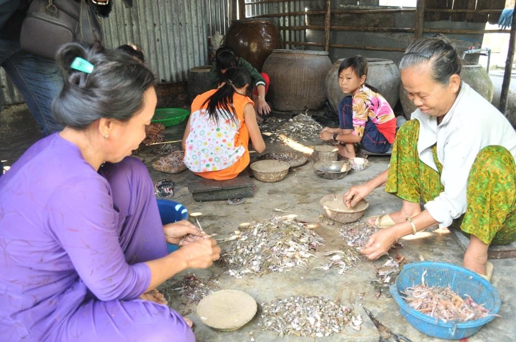 Mỗi người lao động làm nhái đều có một cái tô (bát) đựng cát kế bên để lột nhái không bị trơn.Trung bình 1kg nhái lột xong mỗi lao động được trả công từ 25.000 - 35.000 đồng