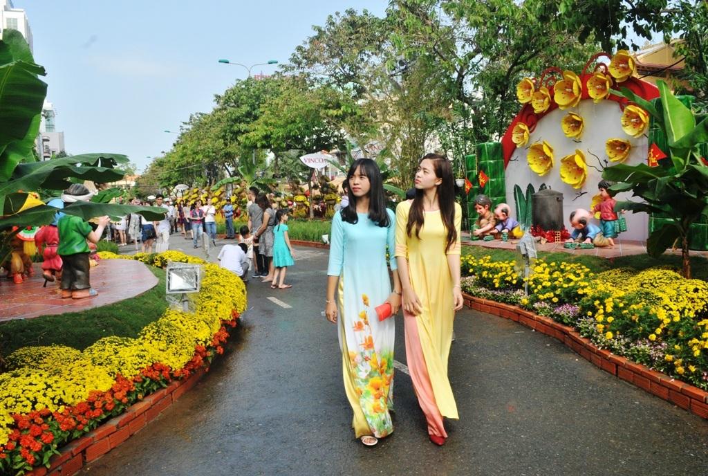 Sáng nay rất đông người dân và các bạn trẻ đến tham quan đường hoa