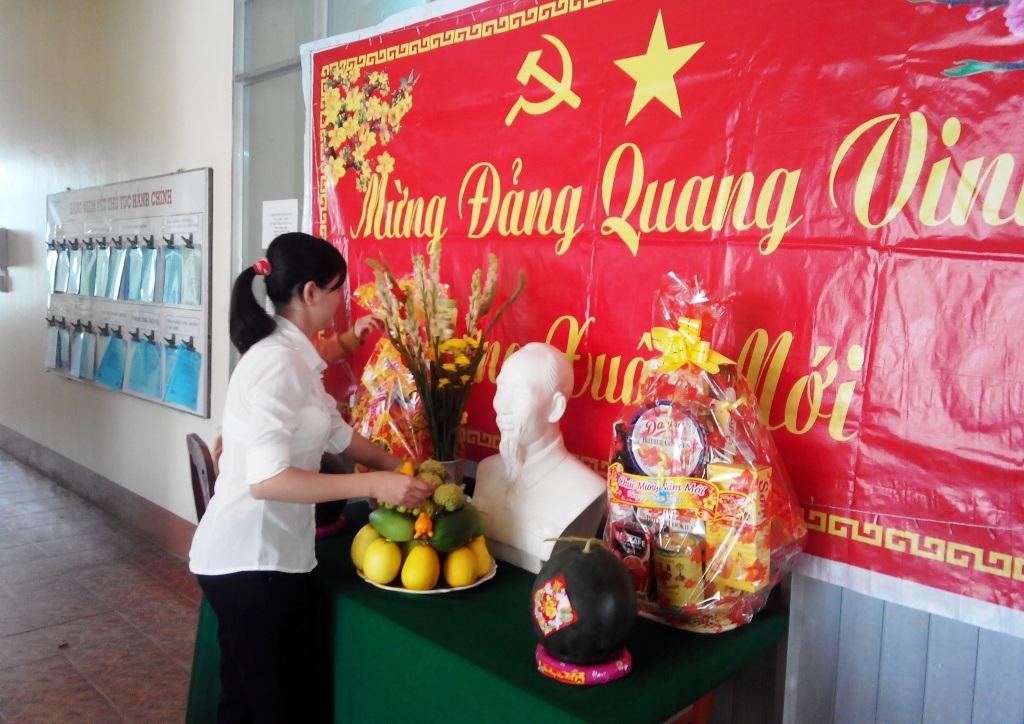 Tại UBND xã Trường Xuân trang trọng một bàn thờ Bác Hồ với những loại trái cây truyền thống.