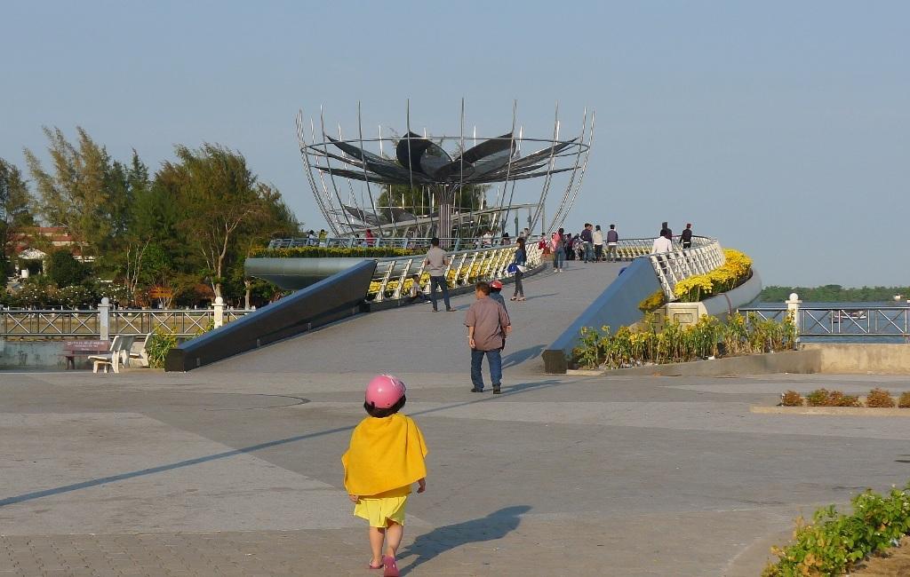 Đường dẫn lên cầu đi bộ - bờ Bến Ninh Kiều