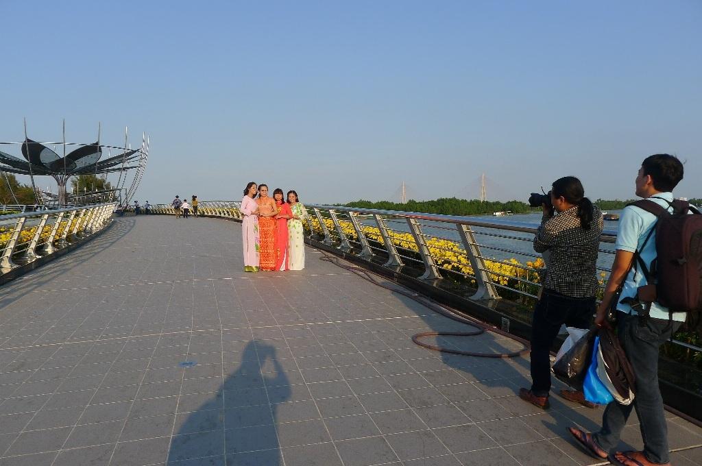 Rất đông người dân đến tham quan và chụp ảnh lưu niệm...