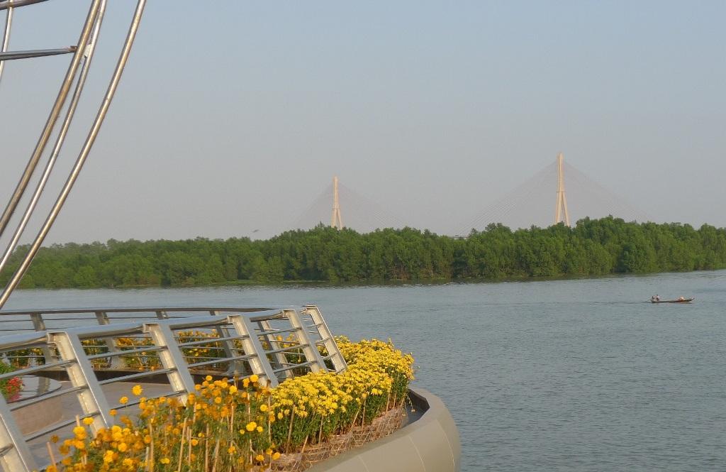 Đứng trên cầu có thể ngắm dòng sông Hậu mênh mông va chiếc cầu Cần Thơ