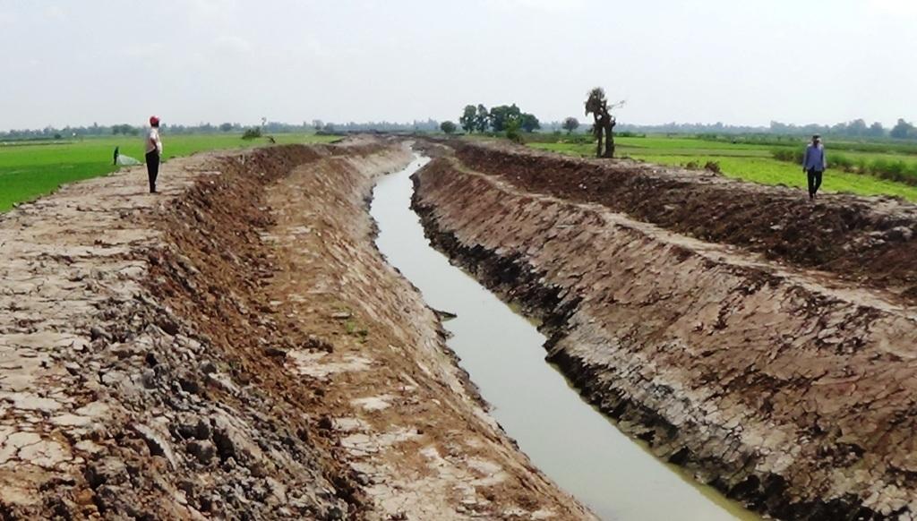 Ngoài ý nghĩa hiến đất làm kênh, bà con nông dân cũng sẵn sàng chấp nhận mất thêm phần diện tích đất sau này làm đường đi nội đồng