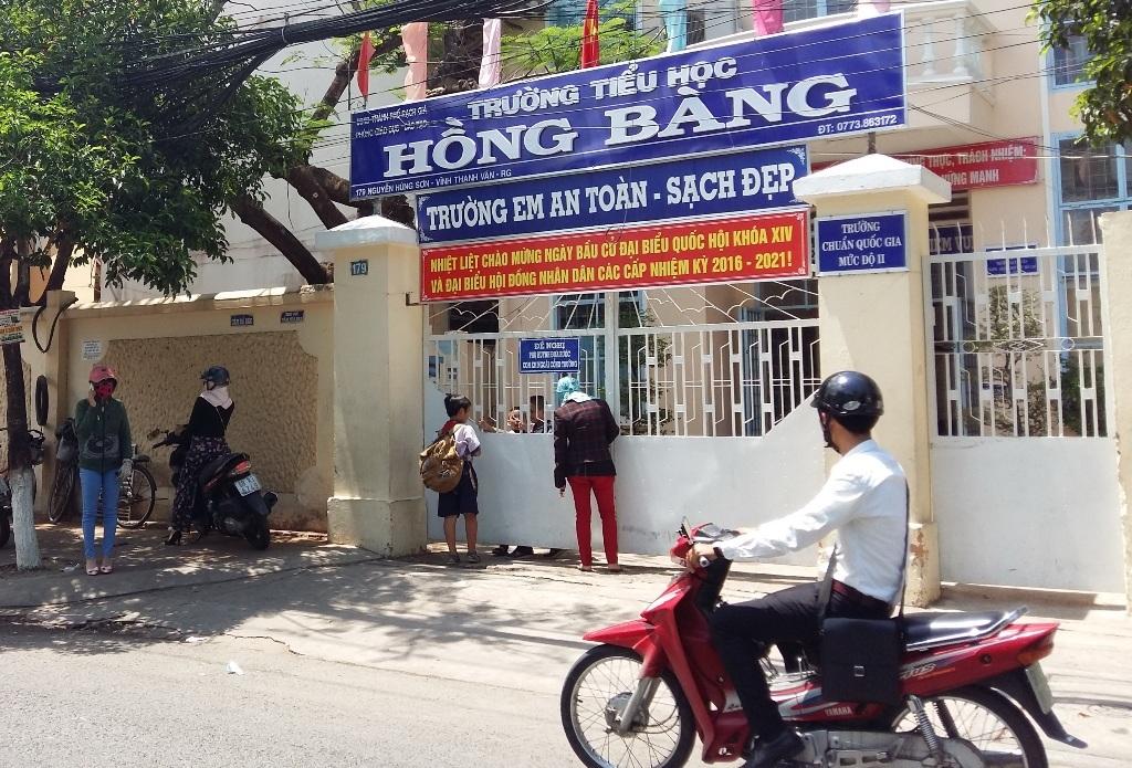 Hôm 13/5, trường tiểu học Hồng Bàng và một số trường tiểu học trên địa bàn thành phố Rạch Giá bắt đầu cho học sinh nghỉ hè.
