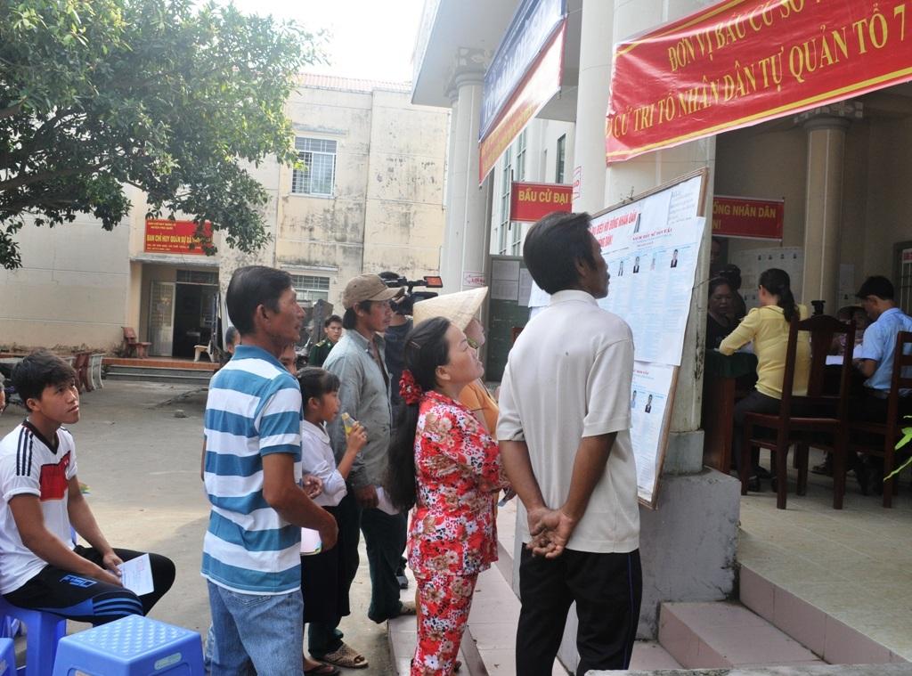 Người dân xã đảo Thổ Châu đọc kỹ lí lịch các đại biểu trước khi lựa chọn.