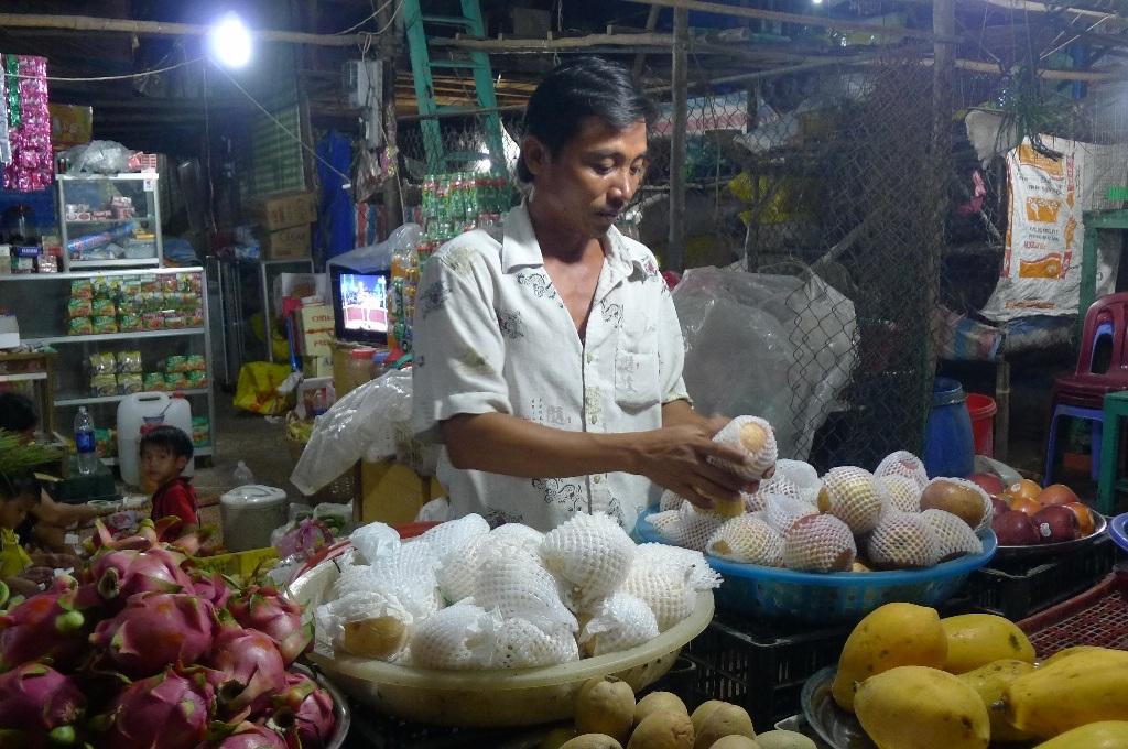 Gia đình anh Lâm cho biết, việc dọn nhà từ bãi Ngự sang bãi Dong làm việc kinh doanh trái cây của anh giảm sút đến 40%